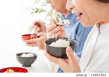 シニア夫婦の食事シーン 19882803