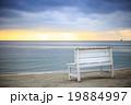 ビーチとベンチ 19884997