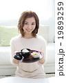 お汁粉を食べる女の子 19893259