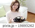 お汁粉を食べる女の子 19893262