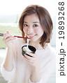 お汁粉を食べる女の子 19893268