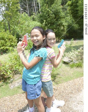 水鉄砲を持つ女の子達 19941633