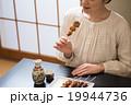 日本酒 焼き鳥 女性の写真 19944736