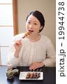 日本酒 焼き鳥 女性の写真 19944738
