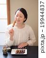 日本酒 焼き鳥 女性の写真 19944837