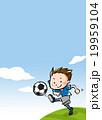 青空の下でサッカーをプレイする少年【テキストスペースあり】 19959104