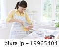 キッチンに立つ日本人女性 19965404