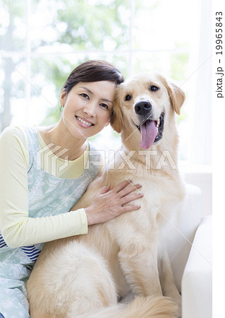 日本人女性と犬 19965843