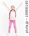 ランドセルを背負った女の子 バンザイポーズ 小学生の女の子 全身 女の子 ランドセル 小学生 19966140