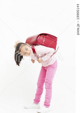 ランドセルを背負った女の子 背負う 小学生の女の子 全身 女の子 ランドセル 小学生 19966144