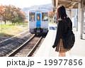 電車通学をする女子高生 19977856