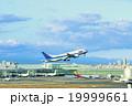 羽田空港を出発する飛行機 19999661