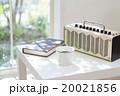 テーブルに置かれたラジオとコーヒーカップ 20021856