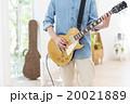 エレキギターを弾く20代の男性 20021889