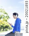 ヘッドフォンをした20代の男性 20021893