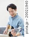 エレキギターを弾く男性 20021940