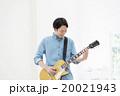 エレキギターを弾く男性 20021943