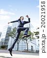 ジャンプをするビジネスマン 20021958