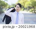 ジャケットを持つビジネスマン 20021968