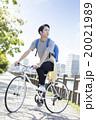 自転車に乗る20代の男性 20021989