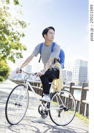 自転車に乗る20代の男性の写真素材 [20021989] - PIXTA
