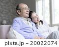 ソファに座るシニア夫婦 20022074