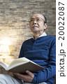 本を持つシニア男性 20022087
