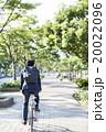 自転車に乗るビジネスマン 20022096