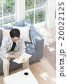 本を読む20代の男性 20022125