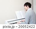 演奏 ピアノ 楽器 音楽 (男性 オルガン チェンバロ MIDI シンセサイザー 鍵盤) 20052422