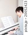 演奏 ピアノ 楽器 音楽 (男性 オルガン チェンバロ MIDI シンセサイザー 鍵盤) 20052423