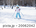 スキーをする女の子 20062042
