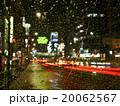 雨の降りしきる新橋駅の車道 20062567