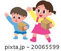 節分で豆をまく子供たち 20065599