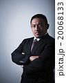 男性 ビジネスマン 腕組みの写真 20068133