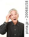 物忘れの激しい高齢者 20068158