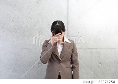 手で顔を覆う女性 20071258