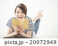 本を読む女性(20代 カジュアル 読書) 20072949