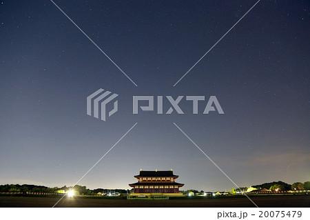 復元された平城京の大極殿と満天の星空 20075479