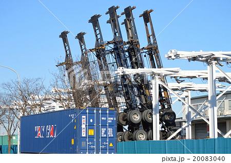 横浜港、本牧埠頭のコンテナシャーシ置き場 20083040