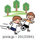 サッカーする子供 走れ! 20133941