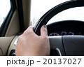 左ハンドルの車両のステアリングを左手で握る風景 20137027