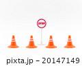 おもちゃのロードコーンとストップサイン: toy road corn and stop sign 20147149