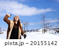 雪景色とお洒落なミドルの女性 20155142