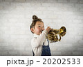トランペットを吹く女の子 20202533