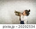 トランペットを吹く女の子 20202534