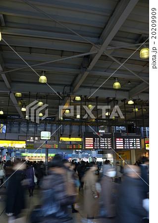 朝の品川駅 通勤ラッシュの風景 20209909
