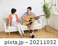 ポートレート ギターを弾くミドル夫婦 20211032