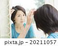 ビューティーイメージ 髪の毛を気にするミドル女性 20211057