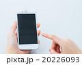 オフィスで携帯を触る女性の手元 コピースペース スマホ スマートフォン 携帯電話 白背景 20226093